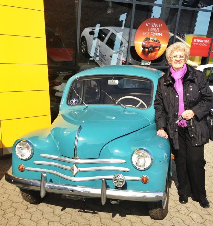 Efter et langt liv med den lille lyseblå Renault 4CV var det forleden slut. Lidt mod sin vilje afleverede 87 årige Jenny Jørgensen sin gamle Renault, der er fra 1960 - og fik en spritny i stedet.